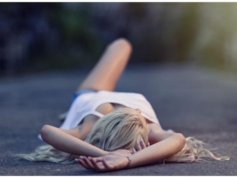 Піар, маневр чи вавка в голові? Дівчина вляглася посеред Броварського проспекту (ВІДЕО)