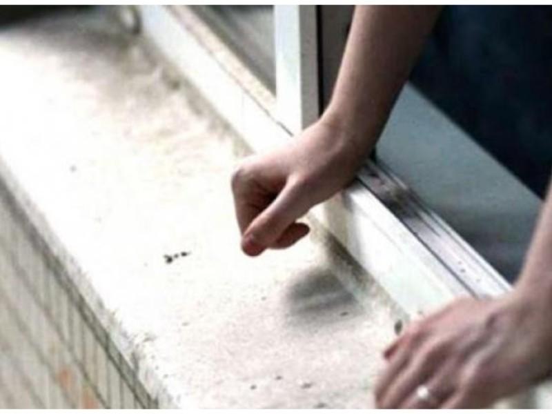 На Київщині вагітна жінка намагалась вистрибнути з вікна багатоповерхівки