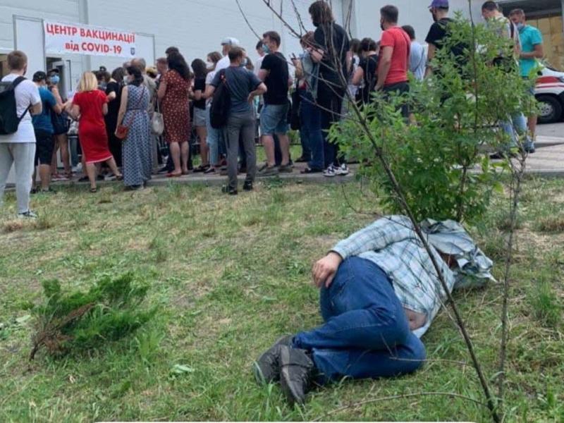 Фото дня. Люди в черзі на вакцинацію сплять прямо на газонах під МВЦ
