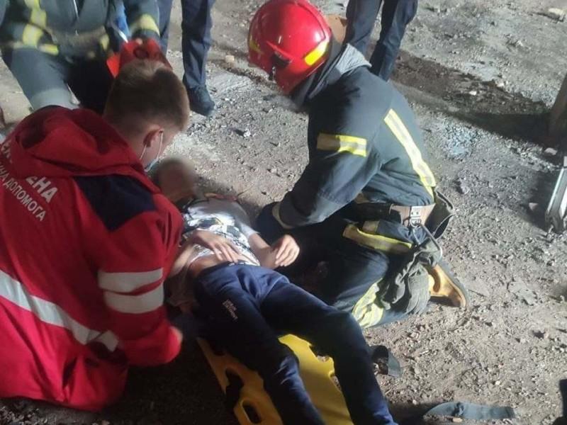 У столиці рятували підлітка, який впав у недобудові: вхід до дитини зрізали бензорізом