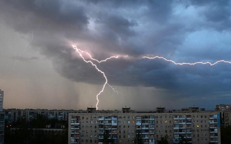 Попереджає навіть КМДА. Київ накриє потужним грозовим дощем