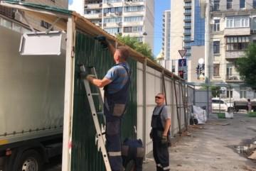"""Біля будівлі """"Квіти України"""" демонтують паркан – що сталось"""