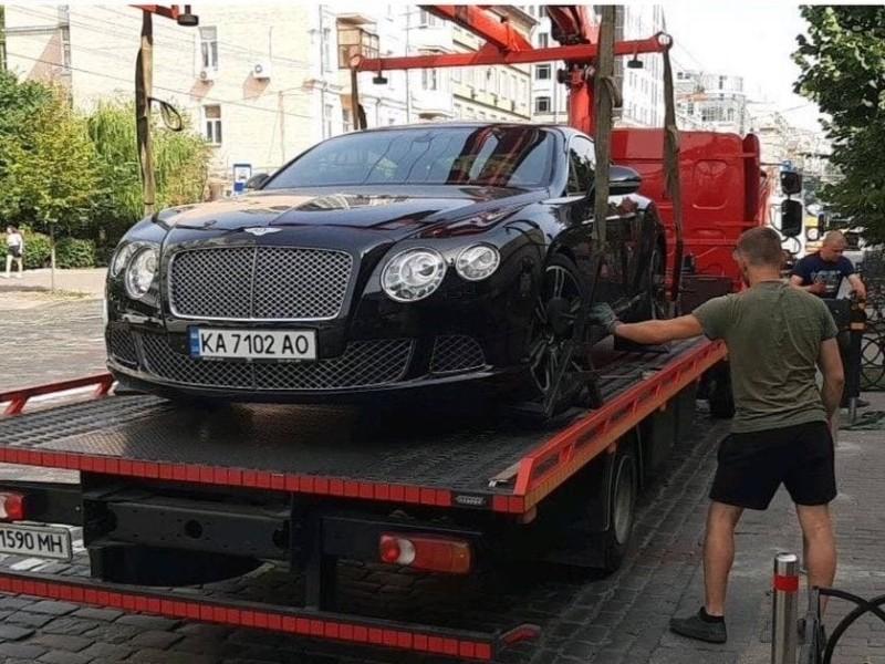 """У центрі Києва евакуювали Bentley з """"прихватизованого"""" тротуару"""