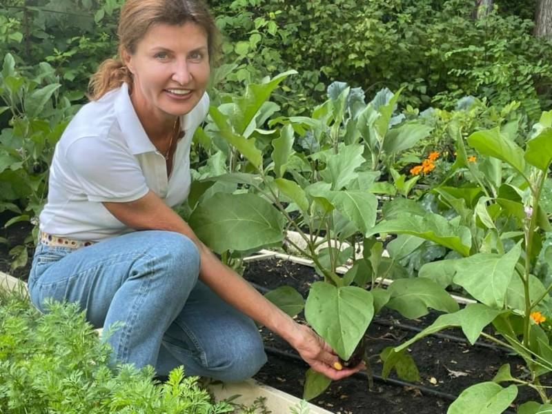 Що вирощує на своєму городі Марина Порошенко і навіщо серед овочів квіти