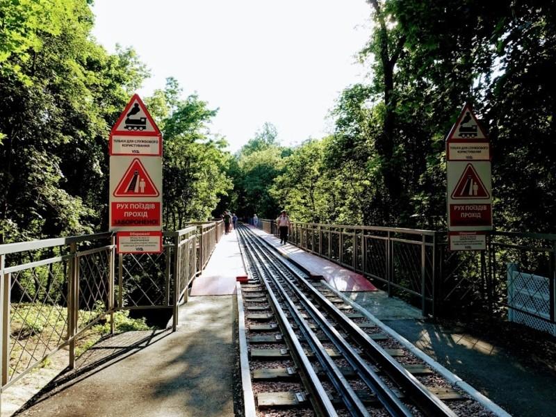 У Сирецькому парку хлопець стрибнув із залізничного моста (ФОТО)