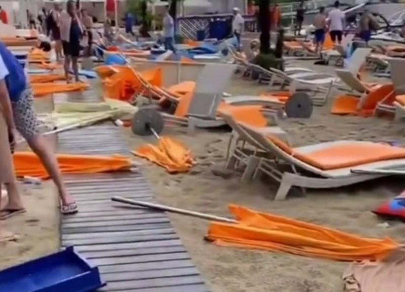 Шалений вихідний: на правому березі зносило парасольки на пляжах, а лівий накрила пилова буря (ВІДЕО)