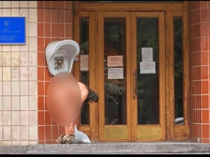 """Повністю голий чоловік прийшов до Зеленського по """"шматок хліба"""" (ФОТО)"""