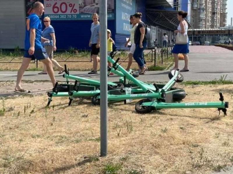 Повстання пішоходів. У Києві біля тротуару зробили звалище електросамокатів (ФОТО)