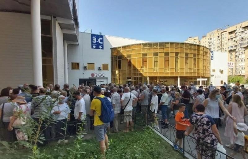 Черги та конфлікти: в Києві ажіотаж навколо вакцинації Pfizer (ФОТО)