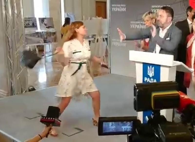 """Відео дня. Жінка вдарила сумочкою """"Слугу народу"""" Потураєва в кулуарах Ради"""