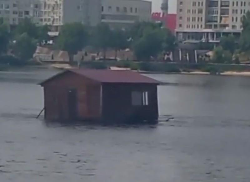 Відео дня. По Дніпру на Оболоні плаває будинок