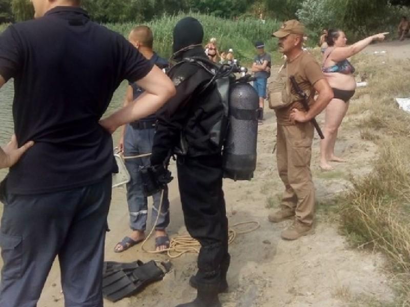 """""""У вас щось сталось?"""" У Києві жінка сама підійшла до водолазів, які шукали її дві години"""