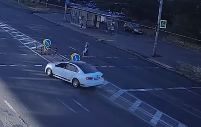 В Києві Volkswagen влетів у зустрічну машину, щоб не збити пішохода-порушника (ВІДЕО ДТП)