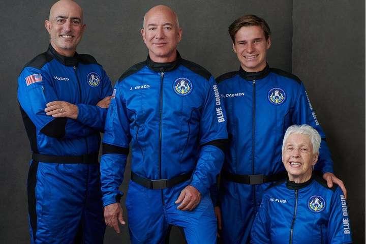Безос сьогодні полетить в космос у цікавій компанії (ВІДЕО)