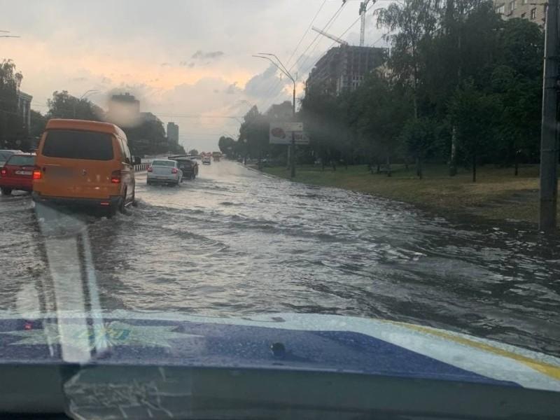 Затоплені вулиці і повалені дерева – столичний транспорт курсує без дотримання розкладу