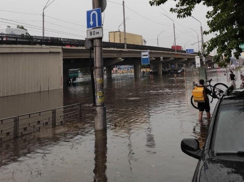 У Києві за 30 хвилин випала тижнева норма опадів – де ще відкачують воду