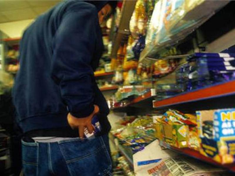 Ледь не вбив за шоколадку. У голосіївському супермаркеті покупець напав на охоронця
