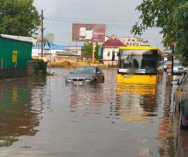 """І знову винен дощ: проспект Науки """"поплив"""", Корчувате — майже по коліно (ВІДЕО)"""
