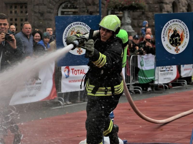На Хрещатику обиратимуть найсильнішого пожежного-рятувальника