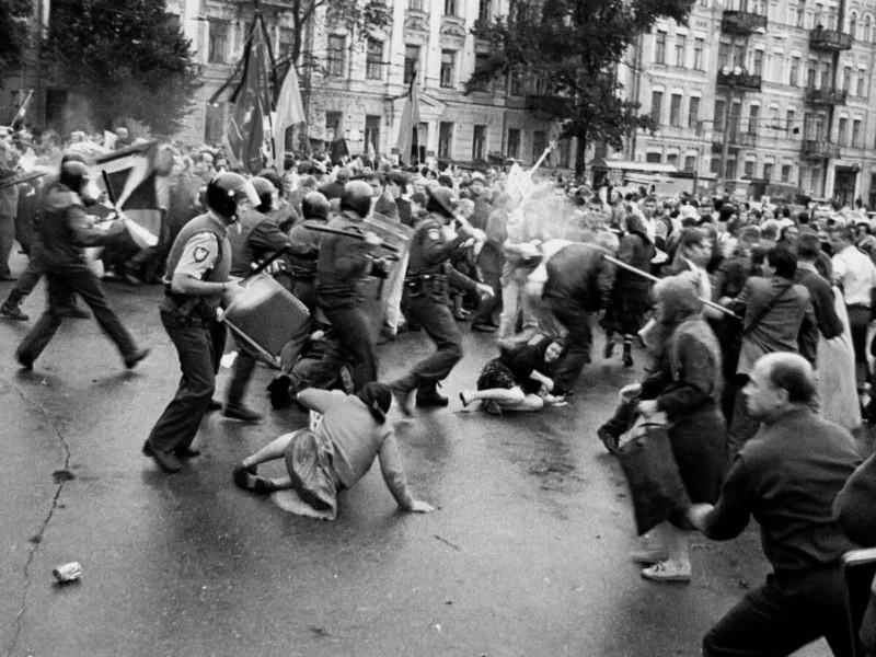 Кривавий вівторок: 26 років тому в Києві почалися вуличні бої під часпохорону патріархаВолодимира