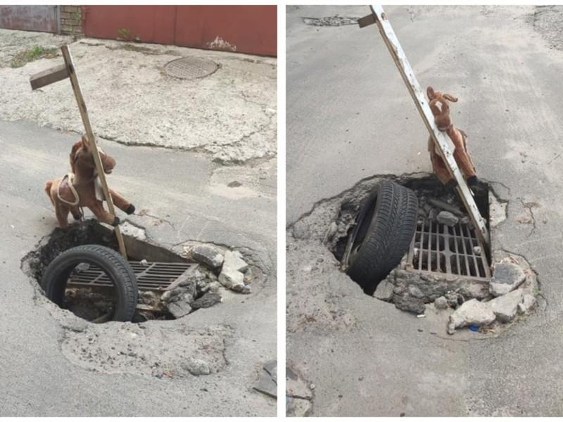 """На Нивках діру каналізації прикрашає дитяча конячка, місцеві говорять про """"арт-об'єкт"""""""