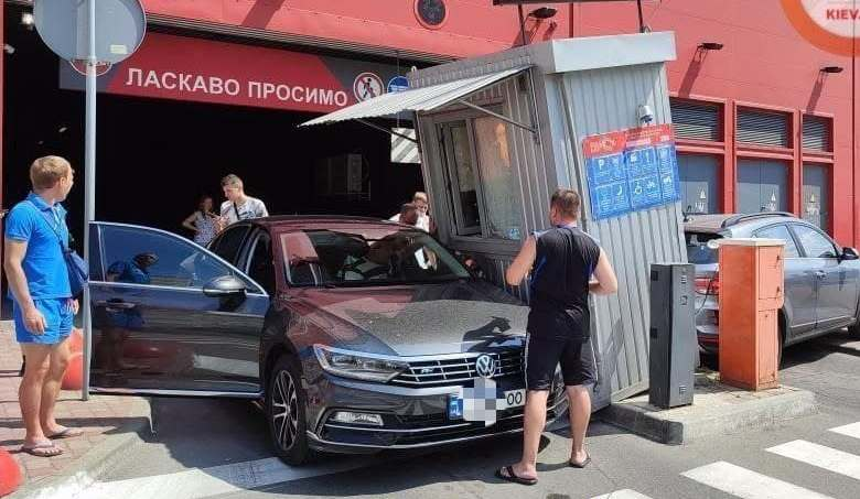 Невдалий розворот: водійка збила будку паркувальника прямо на інше авто (ВІДЕО)