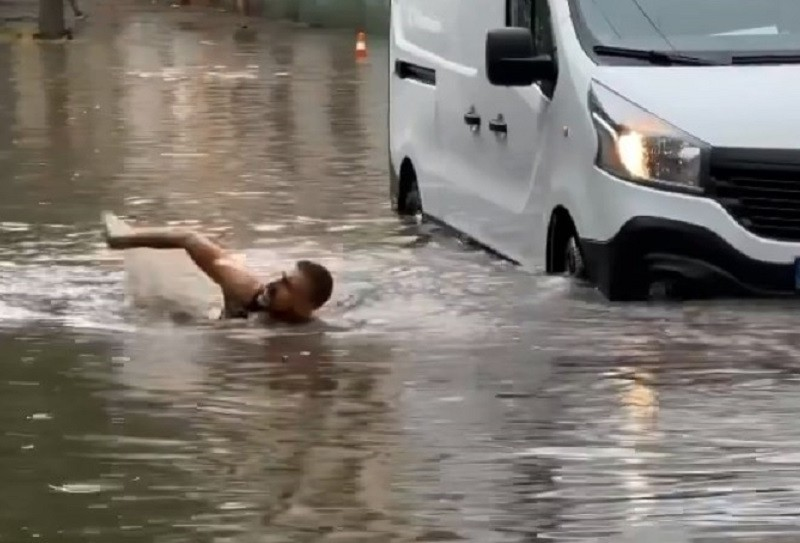 """Зупинку на метро """"Позняки"""" затопило: люди по щиколотки долають калюжу (ВІДЕО)"""