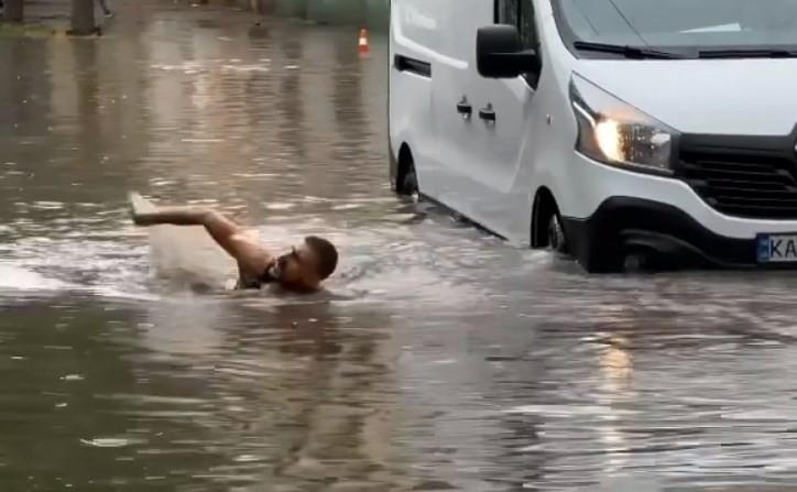 Екологічно і без пробок. Столичний блогер брасом проплив затопленою вулицею міста (ВІДЕО)