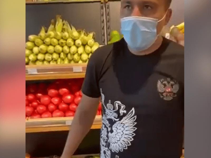 """""""Не знав, що означає"""". Працівник столичного супермаркету прийшов на роботу з російським гербом на грудях (ВІДЕО)"""