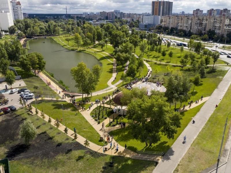 Альтанка, майданчики на всі смаки, велодоріжки, сучасне освітлення: на Троєщині відкрили нову частину парку