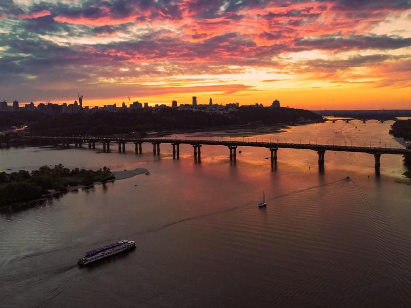 Червоне і чорне. Киян зачарував неймовірний захід сонця в останню суботу літа