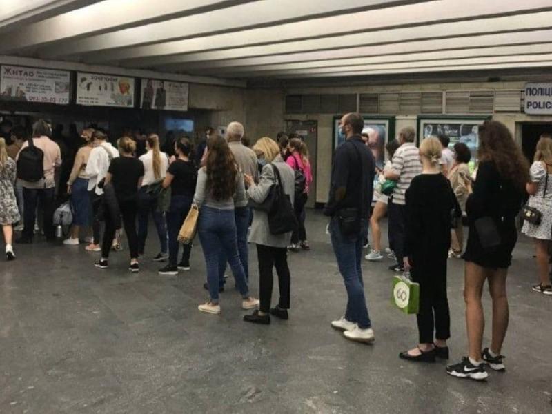 """Черги як до мавзолею. В час пік кияни не могли попасти в метро через """"глюк"""" системи е-квитка"""