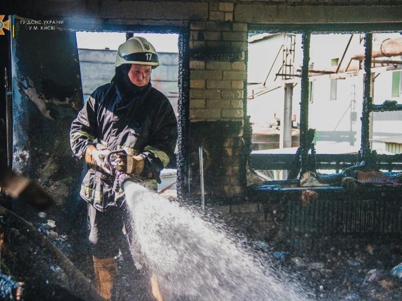 На Голосієві 20 рятувальників гасили пожежу в адмінбудівлі (ФОТО)