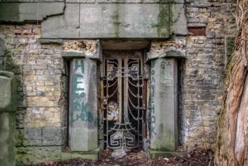 На Байковому кладовищі зі старовинного склепу-мавзолею вкрали двері (ФОТО)