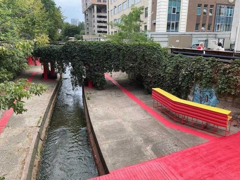 На берегах річки Либідь намалювали червоні смуги: що це означає (ФОТО)
