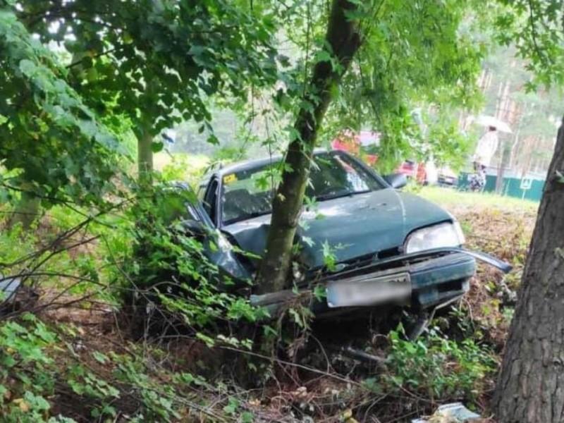 Під Києвом водій помер за кермом: автомобіль у кюветі, дитина в лікарні (ФОТО)