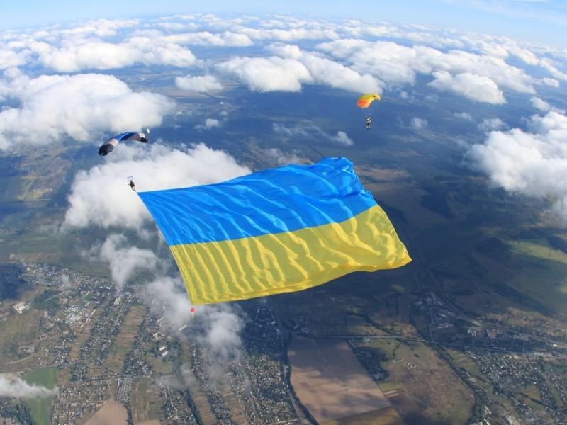 Величезний прапор в небі над столицею став рекордом України