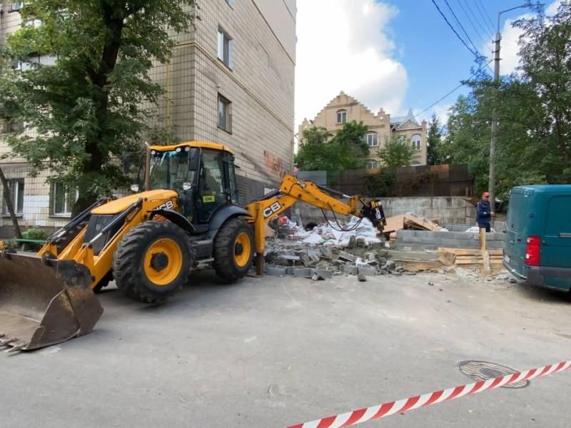 На Малокитаївській демонтують все, що набудовано забудовником з посіпаками без дозволу — Прокопів