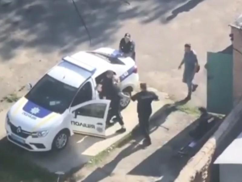 Відео дня. У Білій Церкві поліцейські побилися біля патрульної автівки