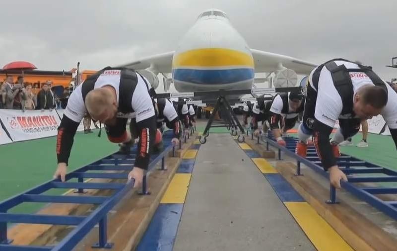 """Вага 330 тонн: Українські богатирі перетягнули літак """"Мрія"""" і встановили рекорд (ВІДЕО)"""