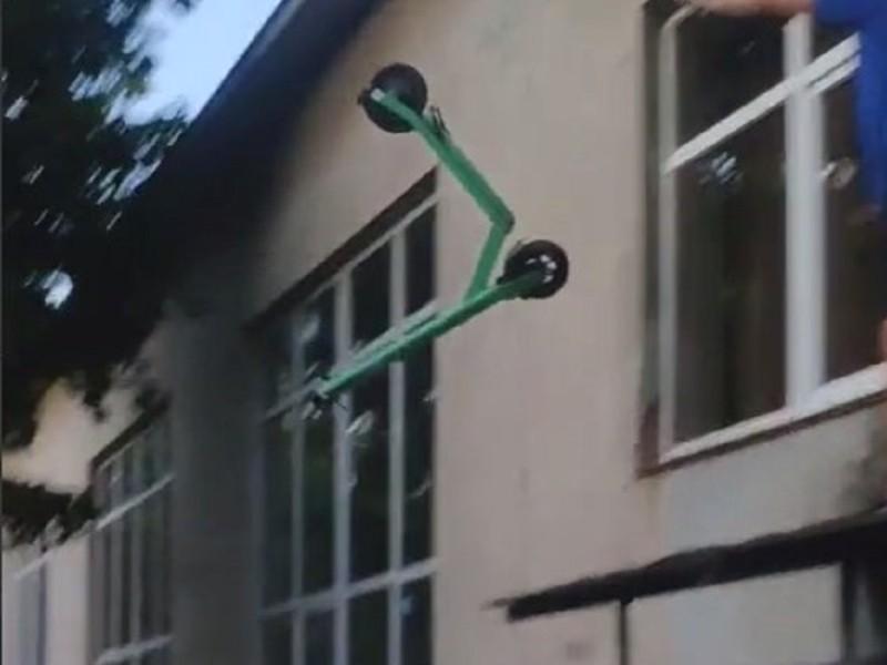 У Києві хлопець викинув електросамокат з вікна (ВІДЕО)