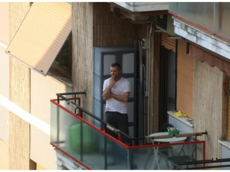 Зеленського просять заборонити курцям палити на балконах