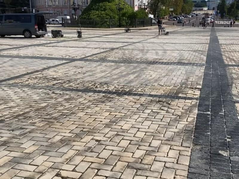 Як відмивають бруківку на Софійській площі (не дуже) – фото