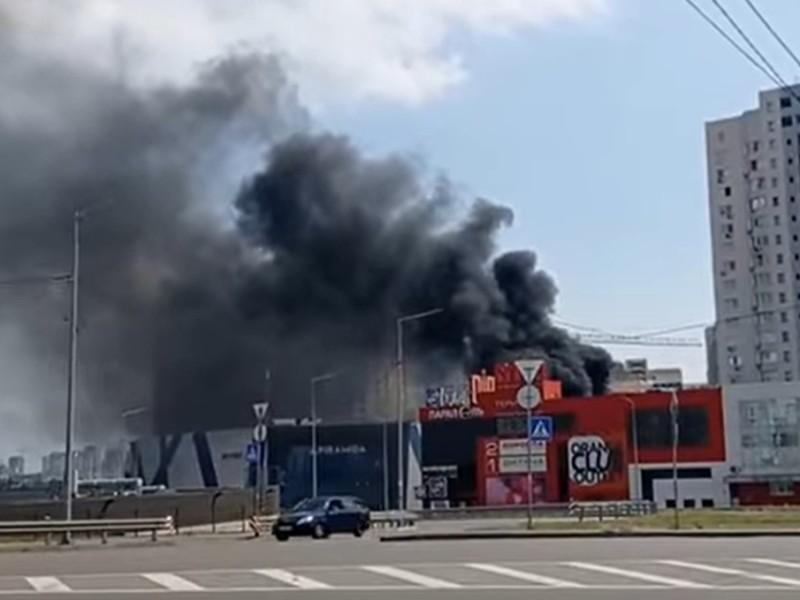 """Позняки оповив дим. Пожежа поблизу """"Піраміди"""" – відео"""