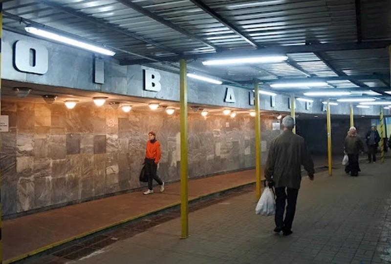 Негода в столиці: вестибюль станції метро «Героїв Дніпра» зачинено на вхід та вихід