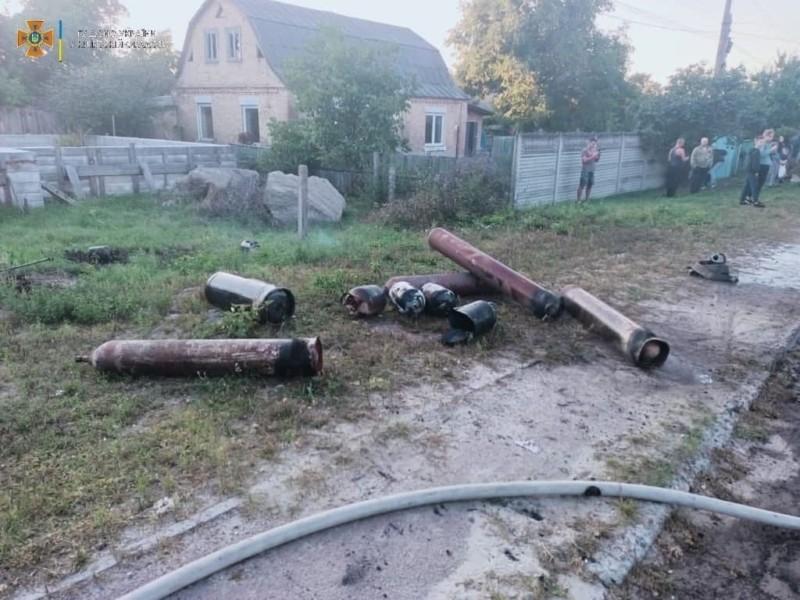 Могло злетіти у повітря пів села: на Київщині з вогню винесли 16 балонів з вибухонебезпечними газами