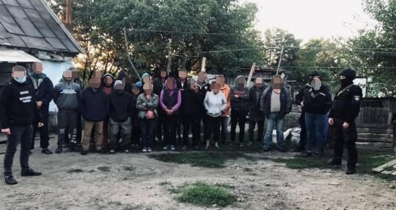 """У Києві затримали """"рабовласників"""", які змусили на себе працювати 120 мимовільних бранців"""
