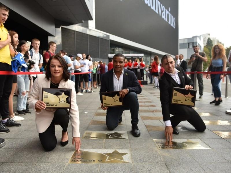 У центрі Києва з'явились 3 іменні зірки на честь медалістів Олімпіади-2020 в Токіо