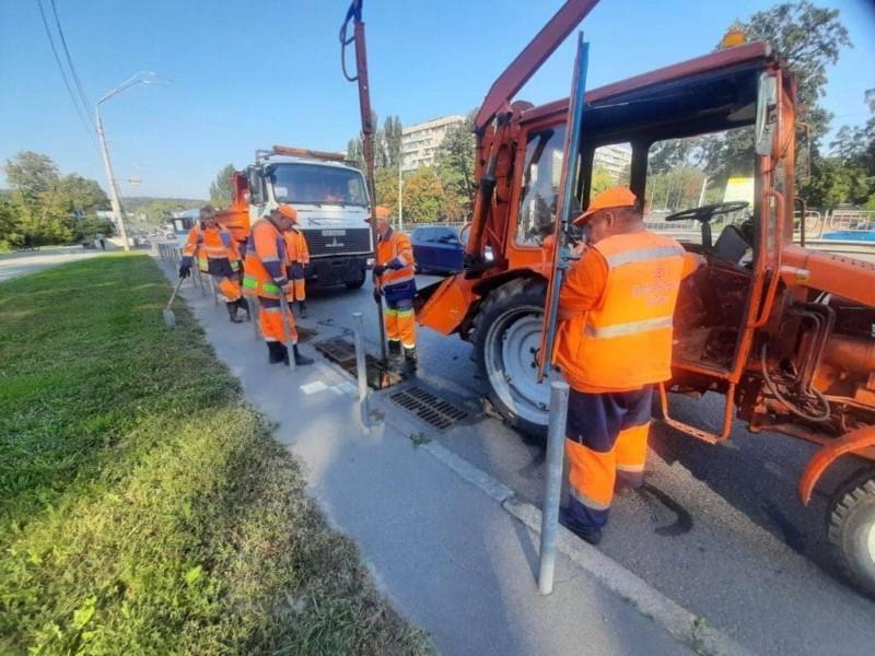 На вихідних Київ заливатиме – дощову каналізацію в усіх районах взялись розчищати від сміття