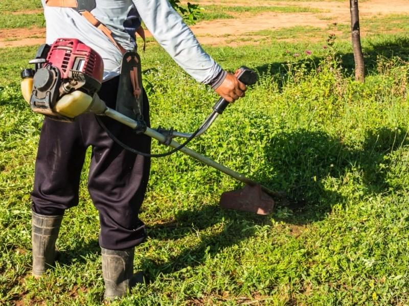 Кияни пропонують поставити глушники на мотокосарки двірників